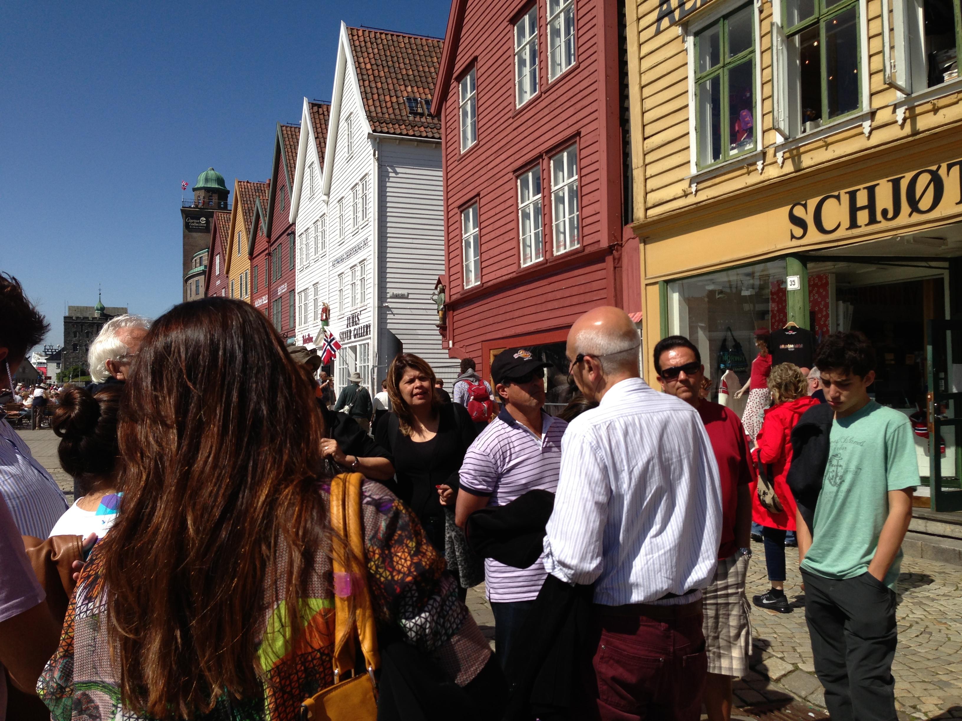 O grupo passeia pela cidade de Berge - Noruega